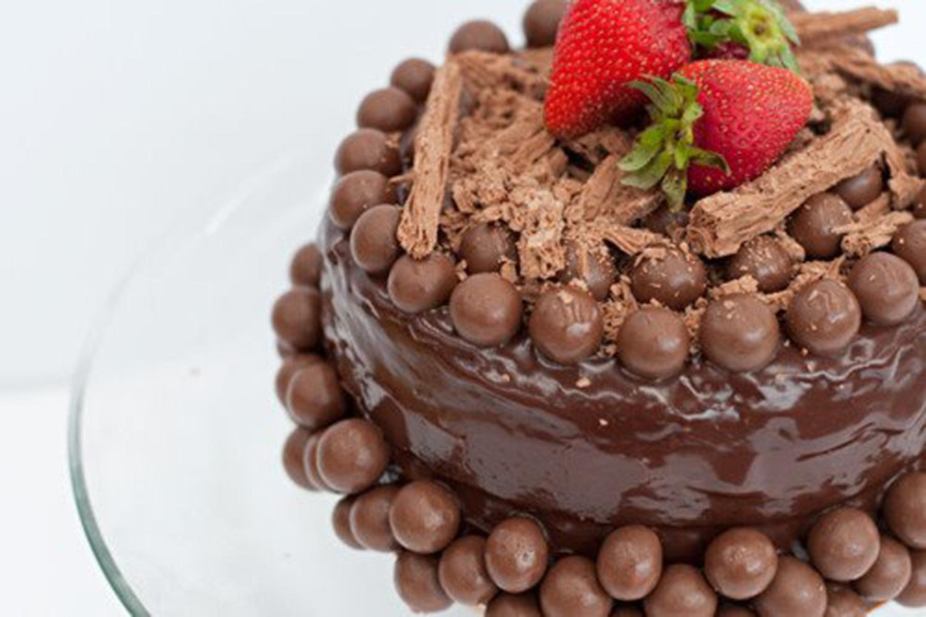 Торт в шоколадных шариках