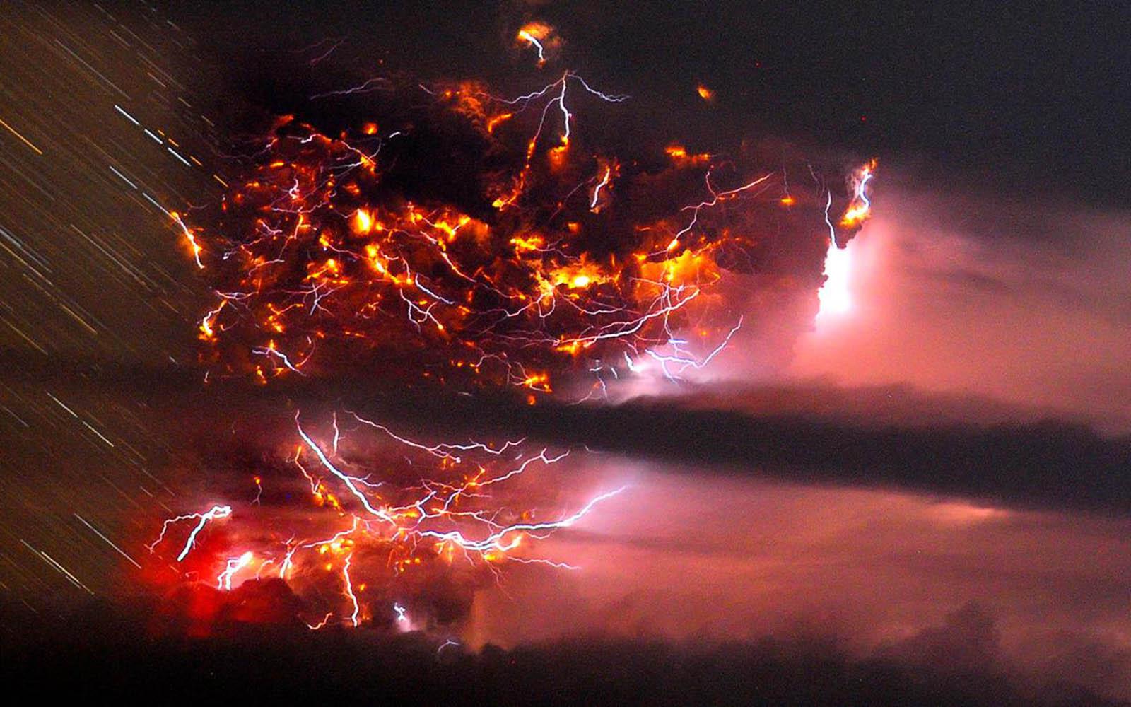 volcano erupts wallpapers volcano erupts desktop wallpapers volcano 1600x1000