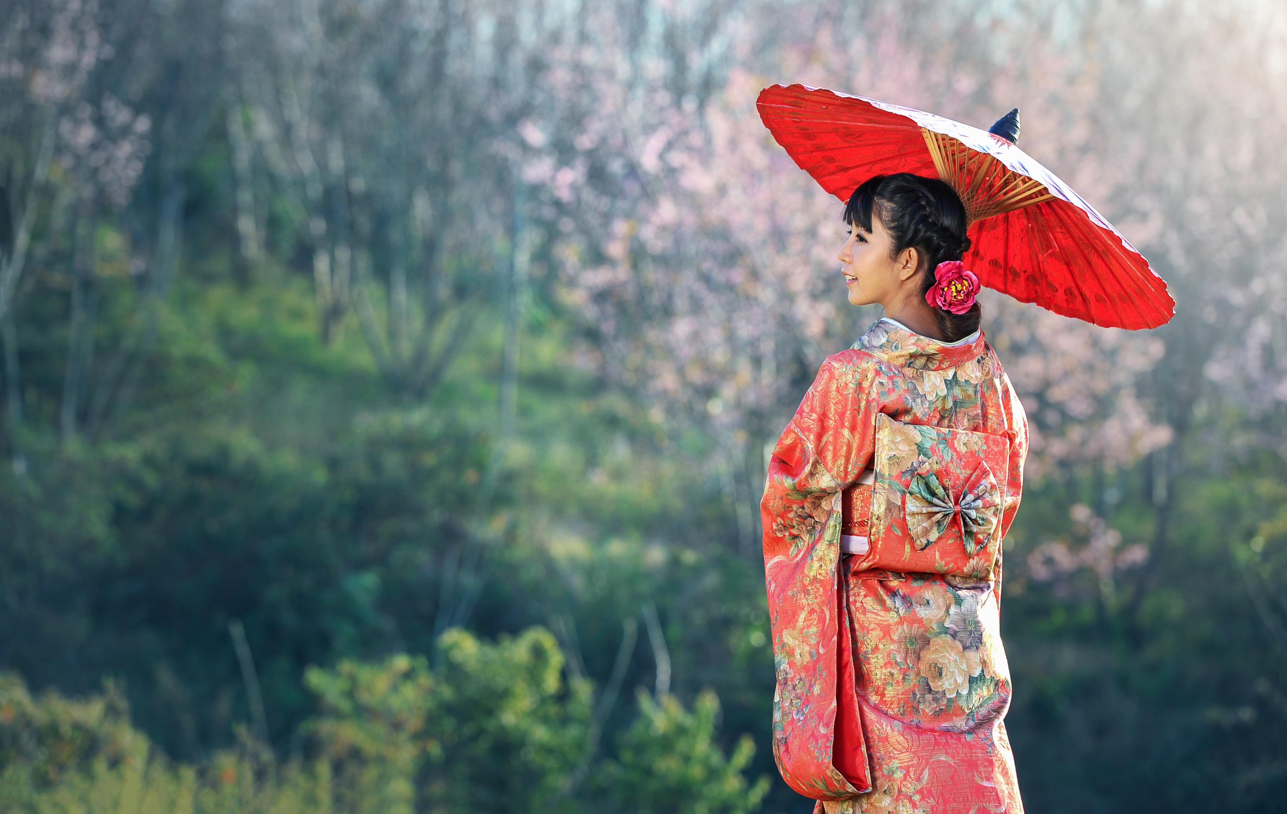Photo of a woman wearing yukata and red paper umbrella HD 4256x2693