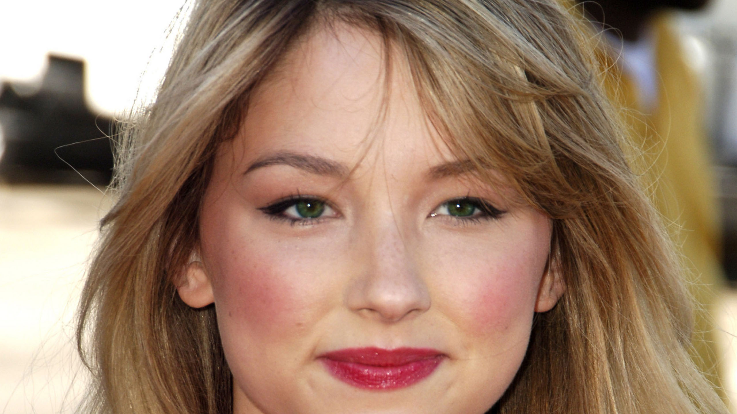 download Haley Bennett Background Wallpapers 2560x1440