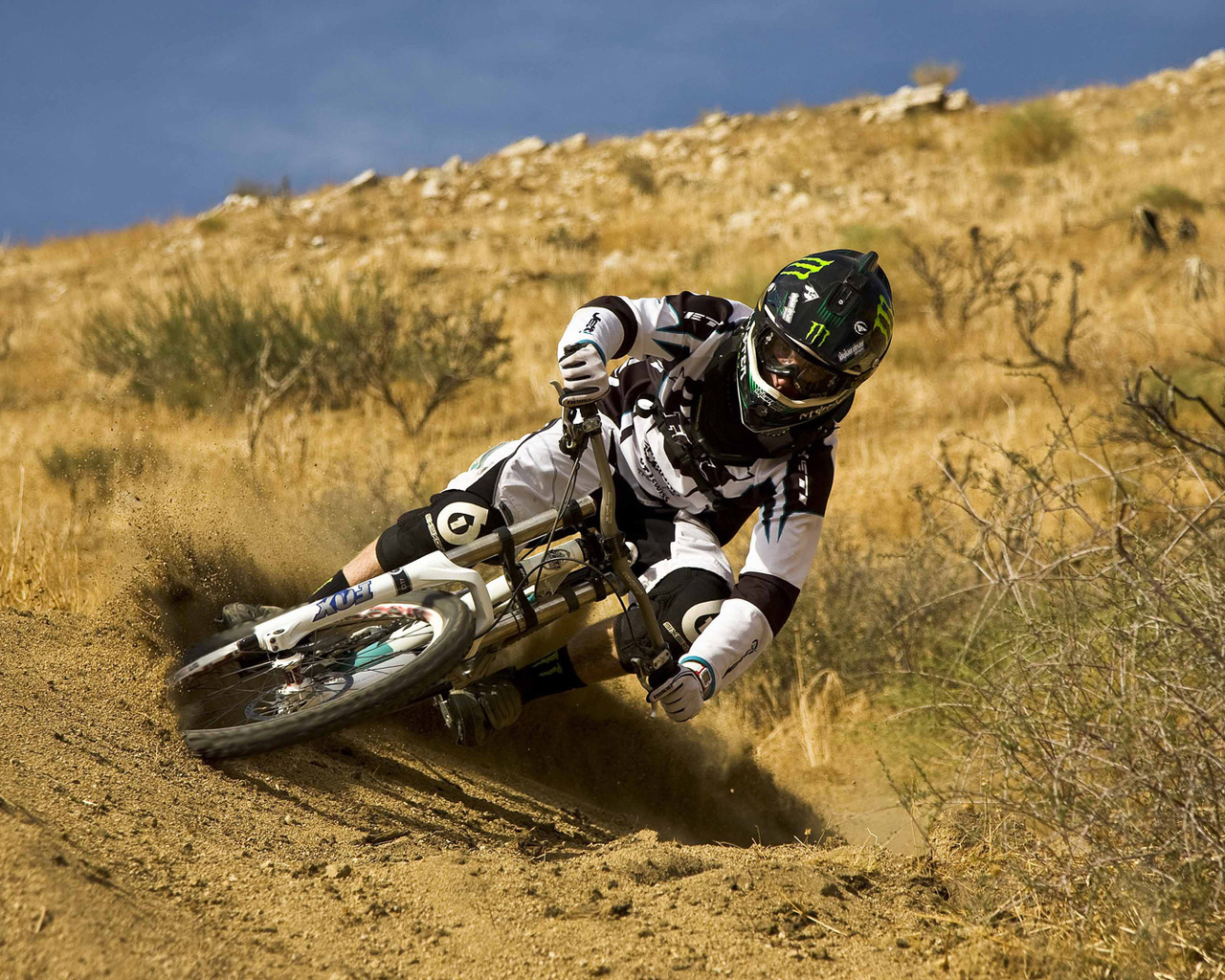 MTB wallpapers Mountainbike Downhill Descent Helmet Sand Sport 1280x1024