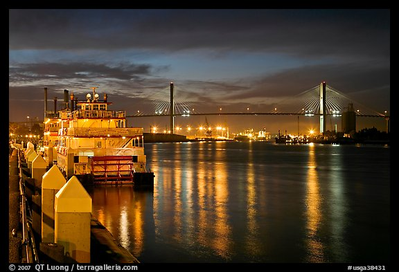 Photo Riverboat and Savannah Bridge at dusk Savannah Georgia USA 576x393