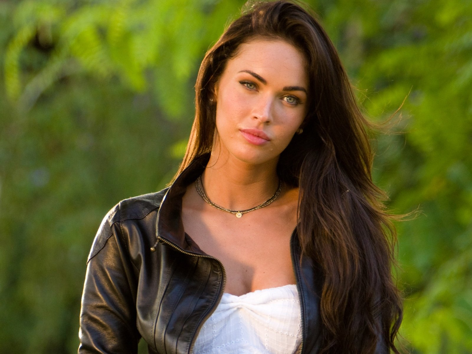 Freaking Spot Megan Fox Full HD 1080p Wallpapers 1600x1200