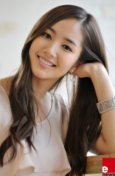 gold wallpaper Park Min young Photos and Wallpapers 450x684