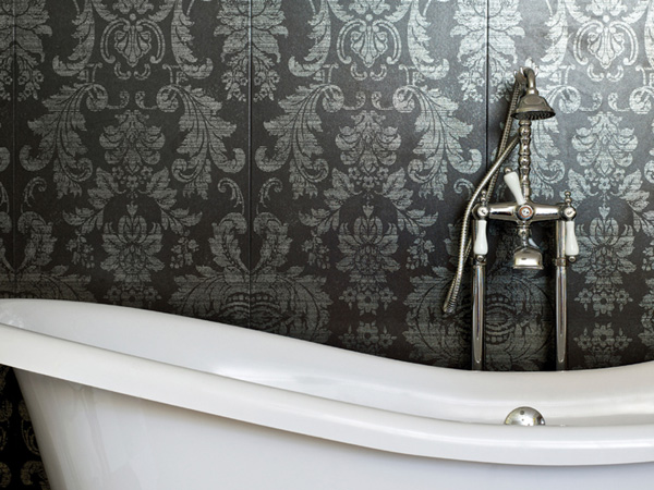 like wallpaper goes well with the white bathtub and chrome fittings 600x450