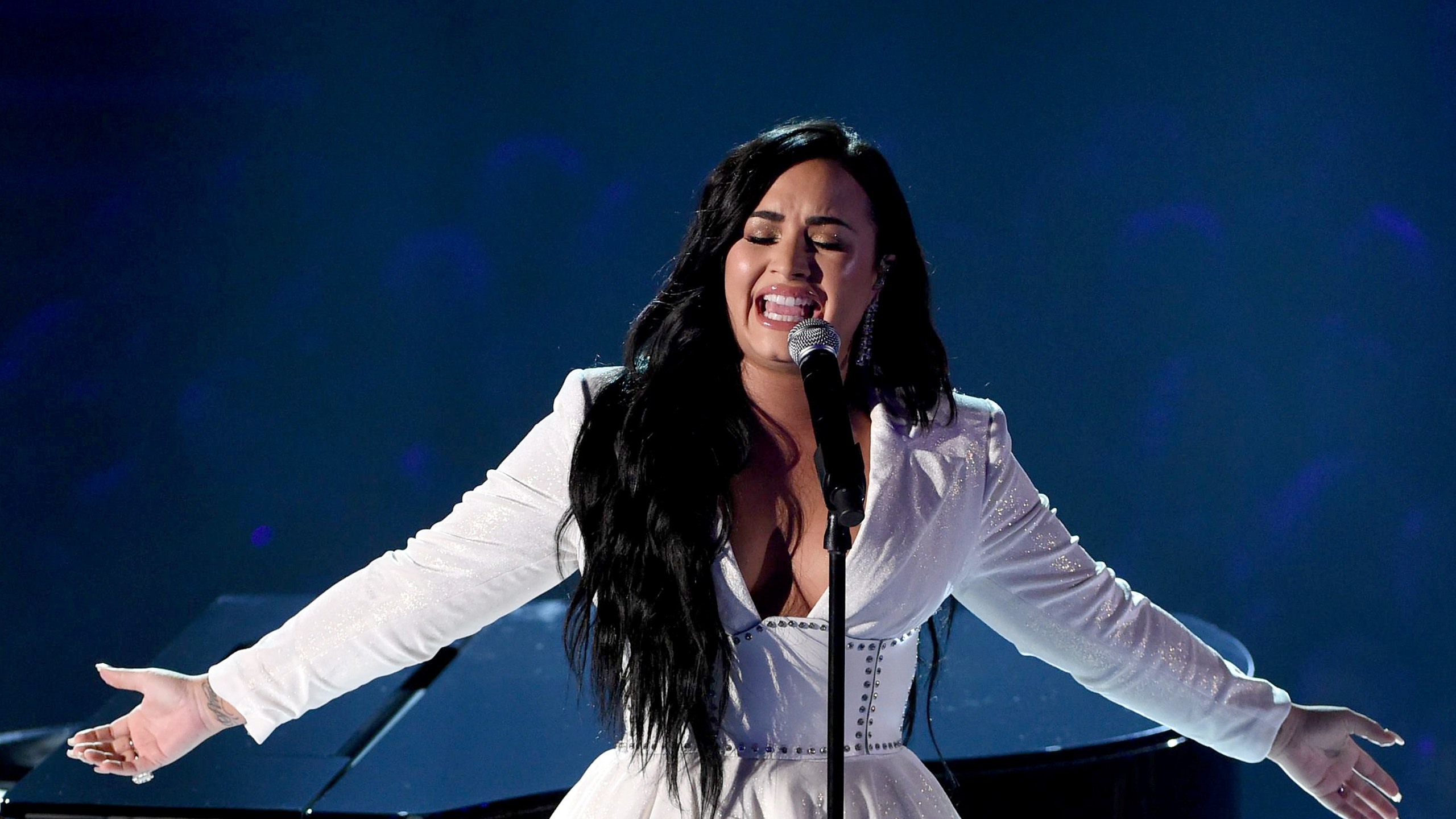 Demi Lovatos Emotional Performance of Anyone Earned a Standing 2560x1440