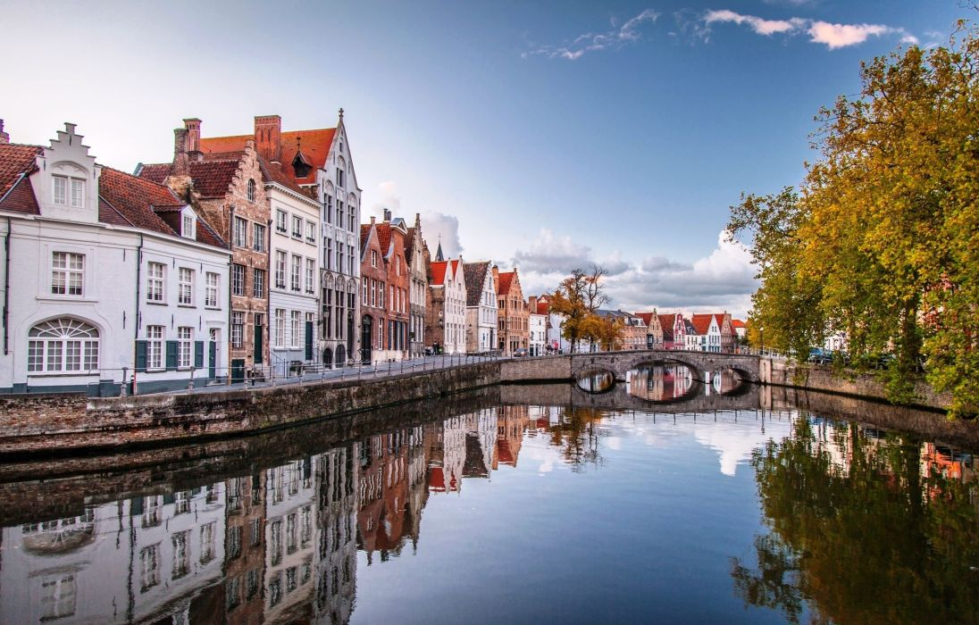 Bruges houses water bridge brugge belgium reflection city 1096x700