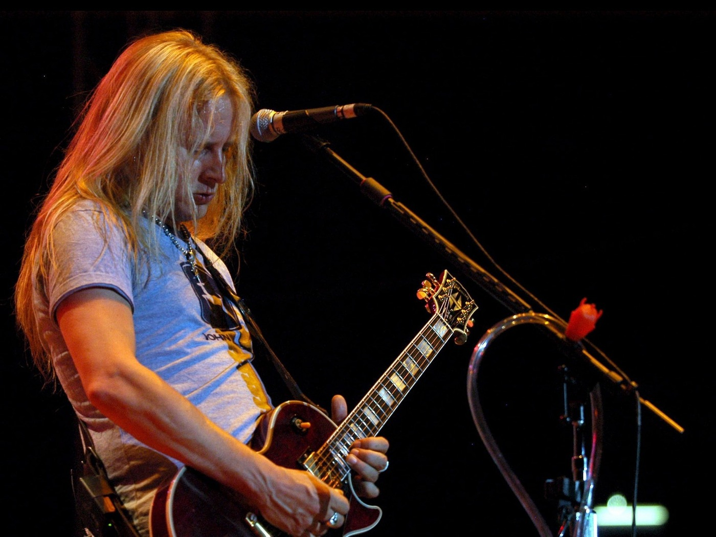 Download wallpaper 1400x1050 jerry cantrell guitar microphone 1400x1050