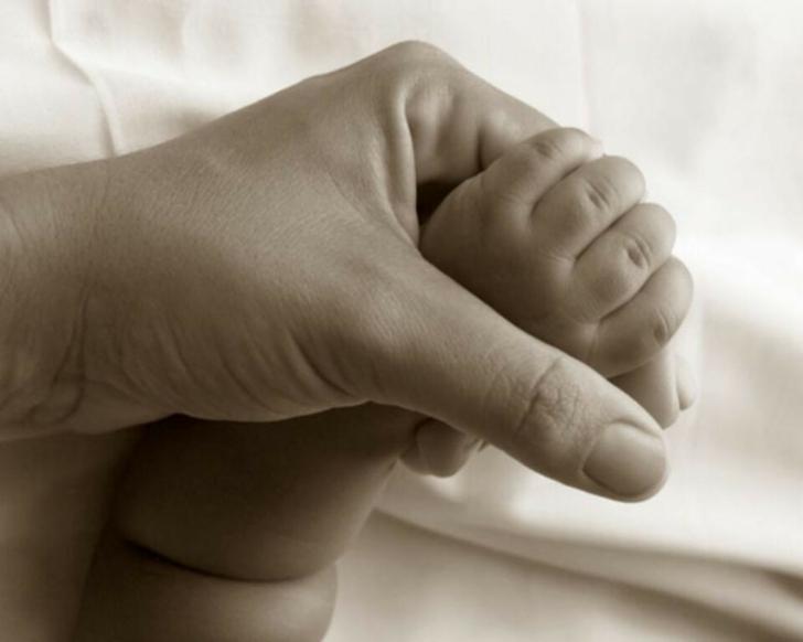 feet hands mother children 1280x1024 wallpaper High Quality Wallpapers 728x582
