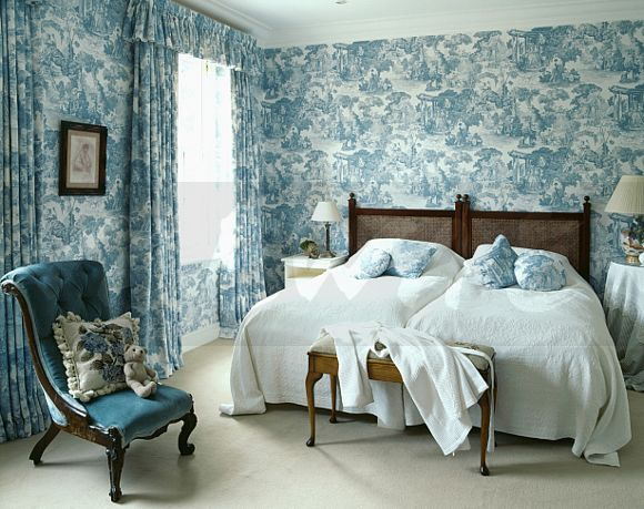 Bluewhite Toile de Jouy wallpaper with matching curtains in bedroom 580x459