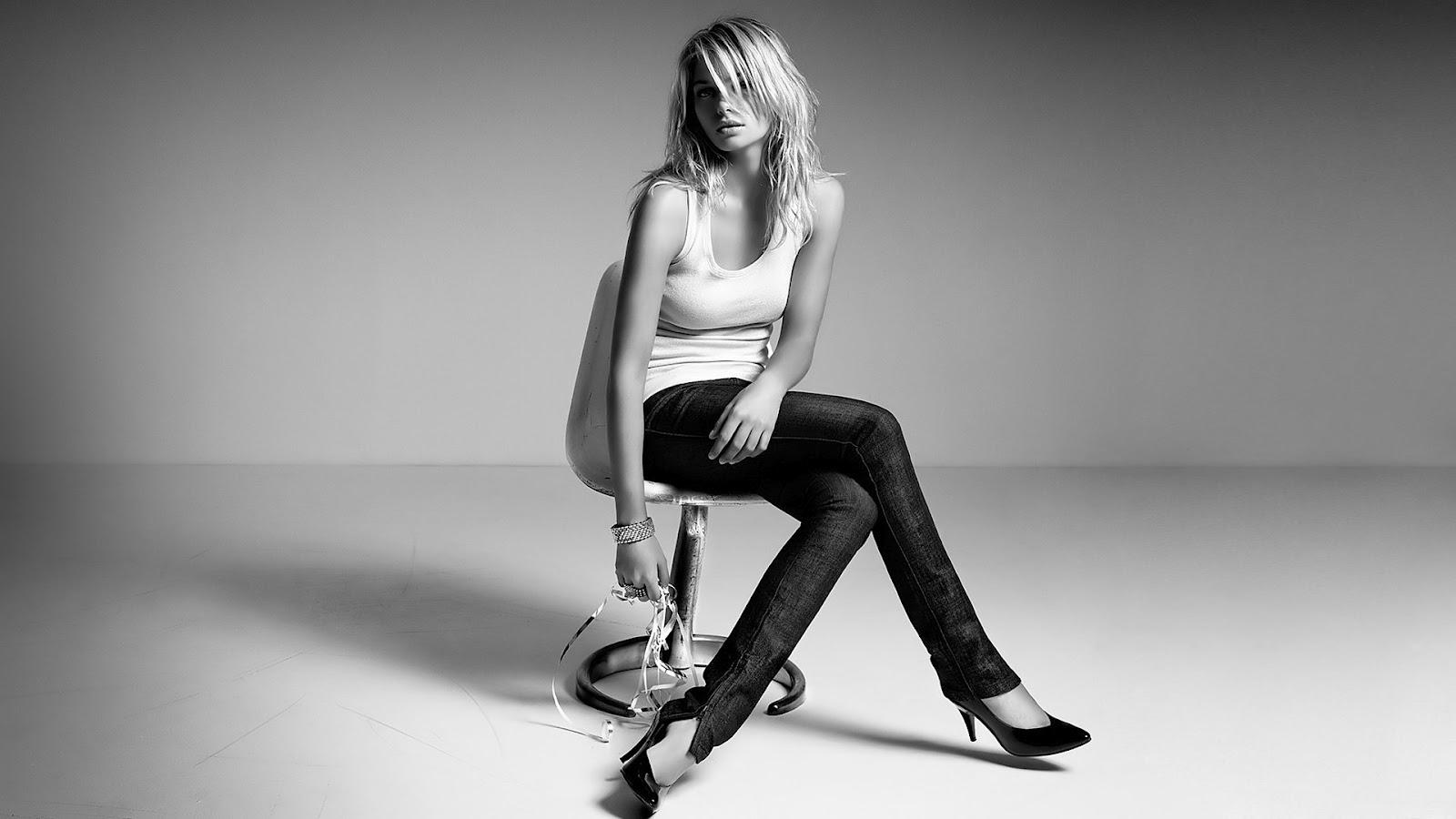 in spijkerbroek en shirt zittend op een stoel HD zwart wit wallpaper 1600x900