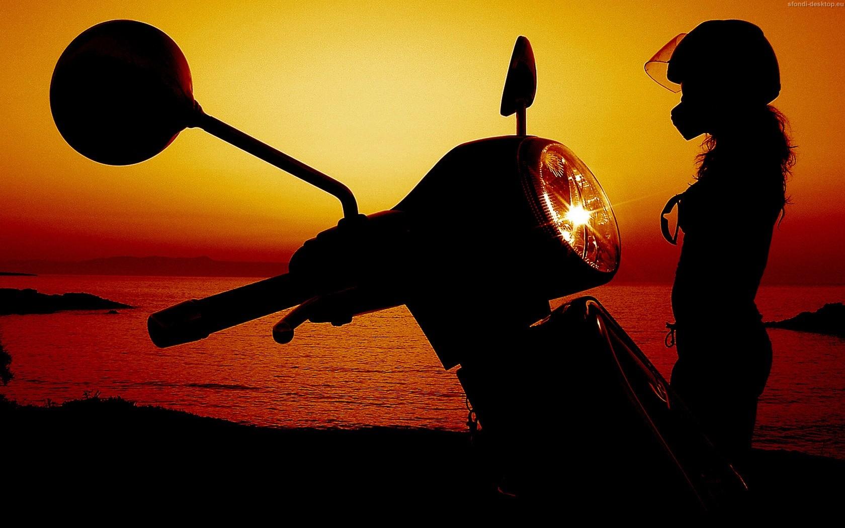 Per visualizzare lo sfondo di Vespa e tramonto in dimensioni intere 1680x1050