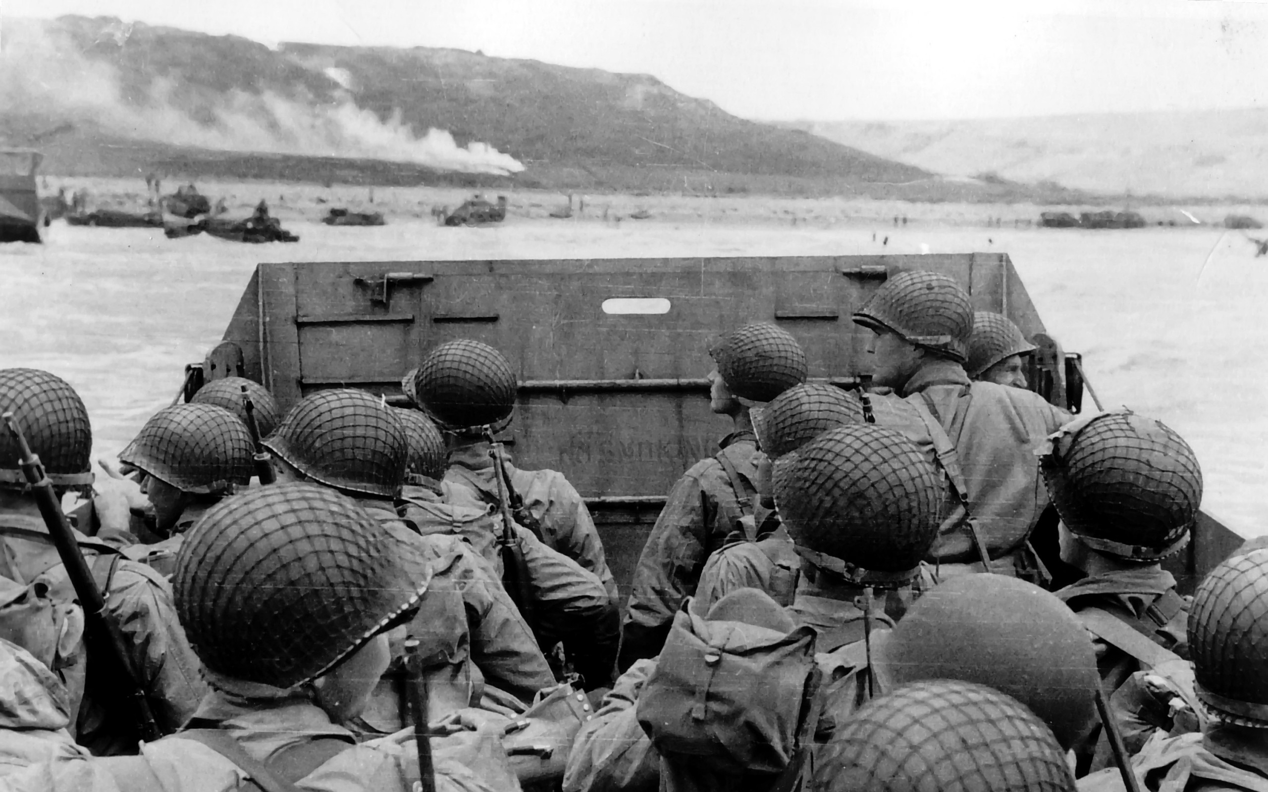 soldiers beach Normandy military grayscale World War II D 2560x1600