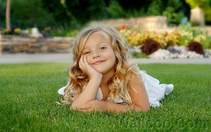 and Kids HD Wallpapers24[wallcoo com] little girl on grass ISPC006014 700x438