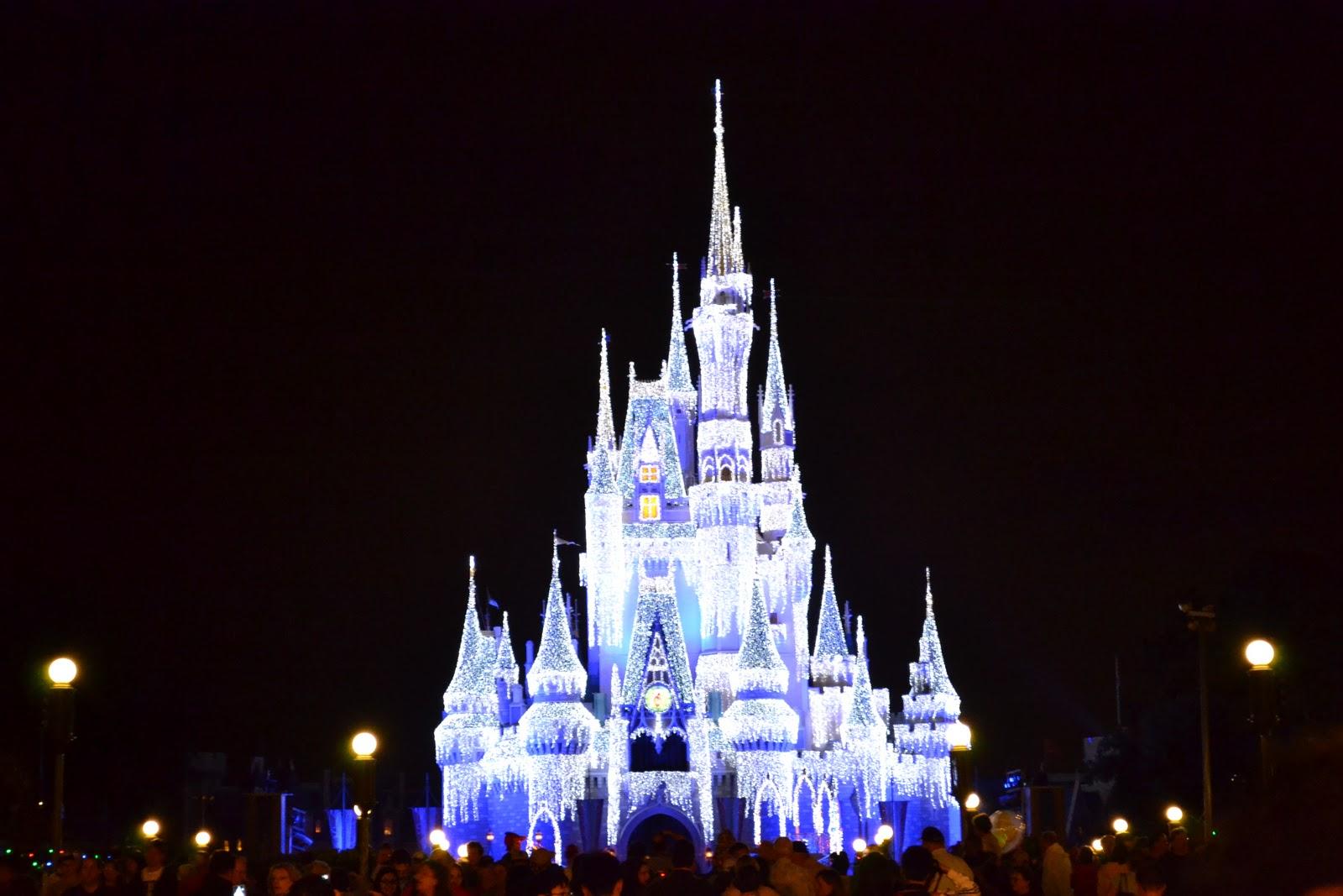 Disney Castle Christmas Wallpaper - WallpaperSafari