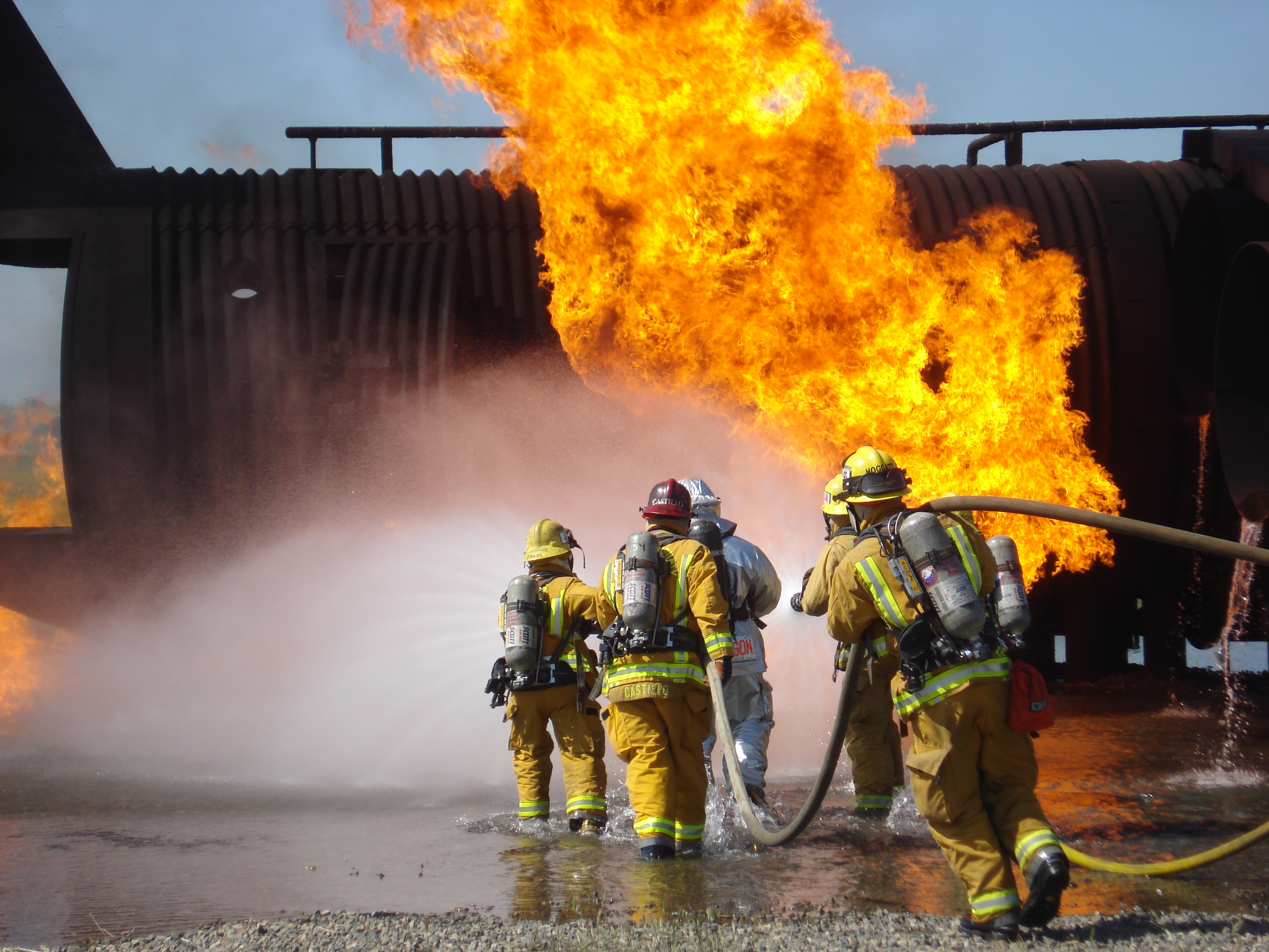 Hd Wallpapers Firefighter Fighting Fire 1024 X 683 226 Kb Jpeg HD 2592x1944