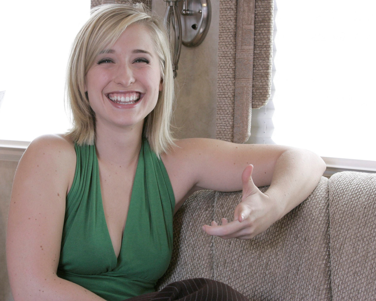 Allison Mack   Allison Mack Wallpaper 178727 1280x1024