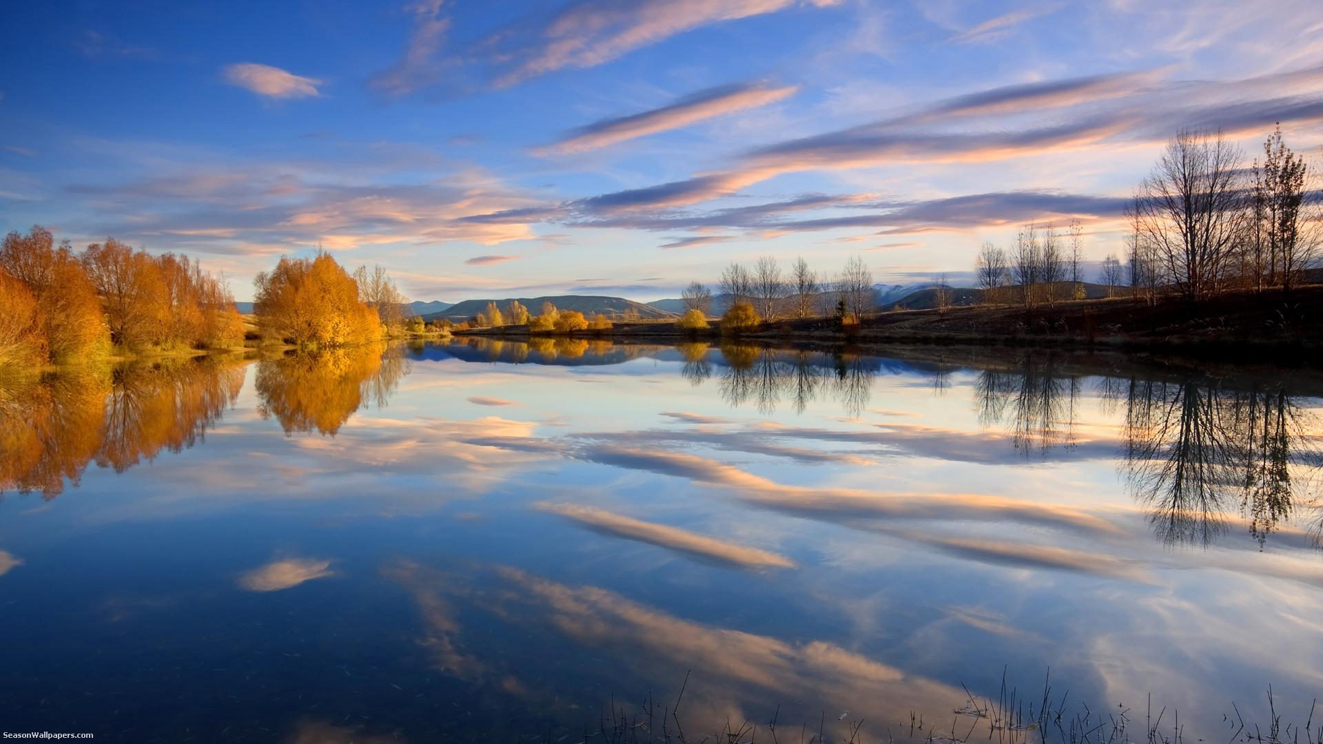 Lake Placid spiegelt den Himmel Wolken und Bume im Herbst gelb 1920x1080