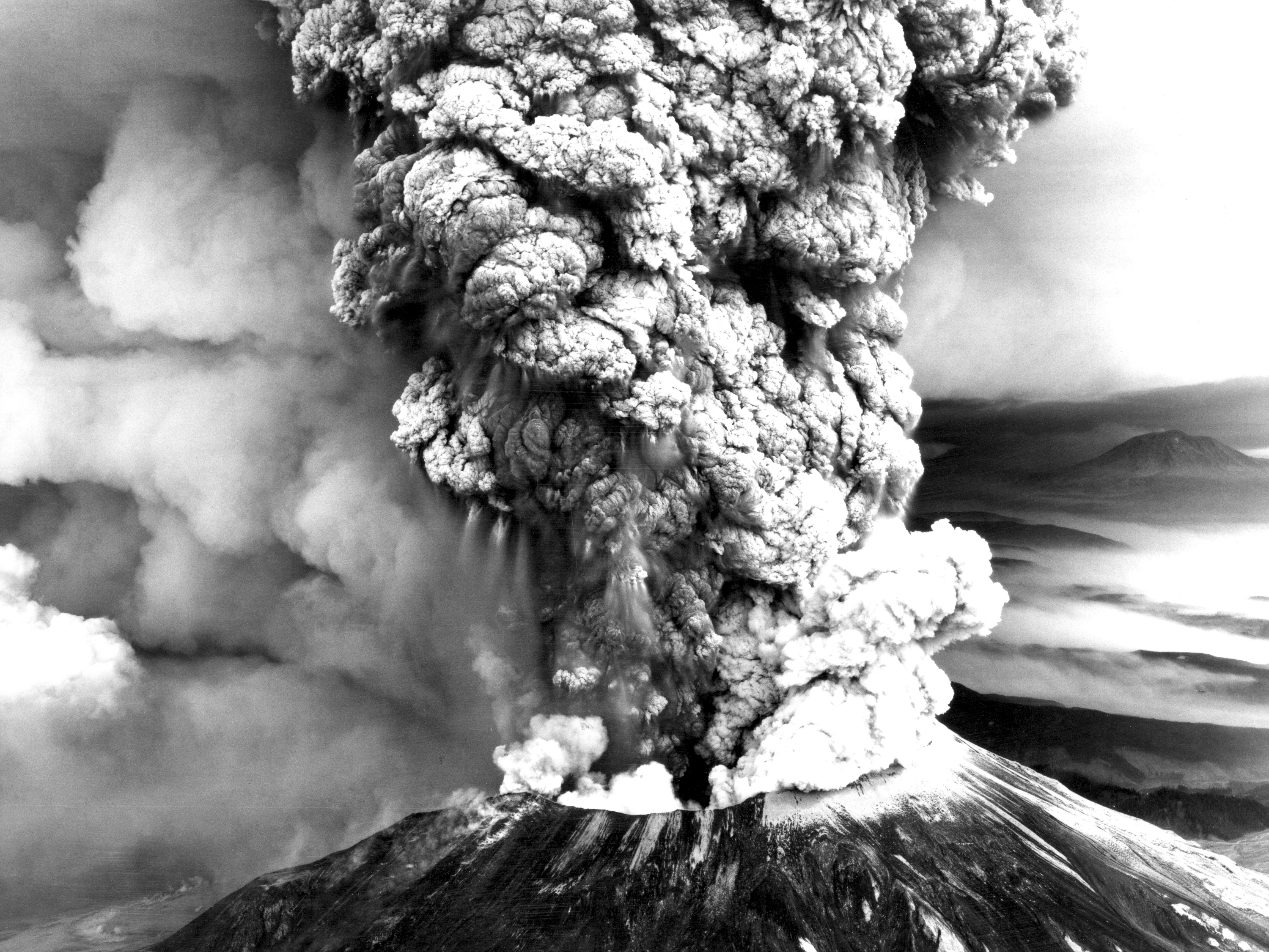 Plinian column from May 18 1980 eruption of Mount St Helens Aeri 3000x2251
