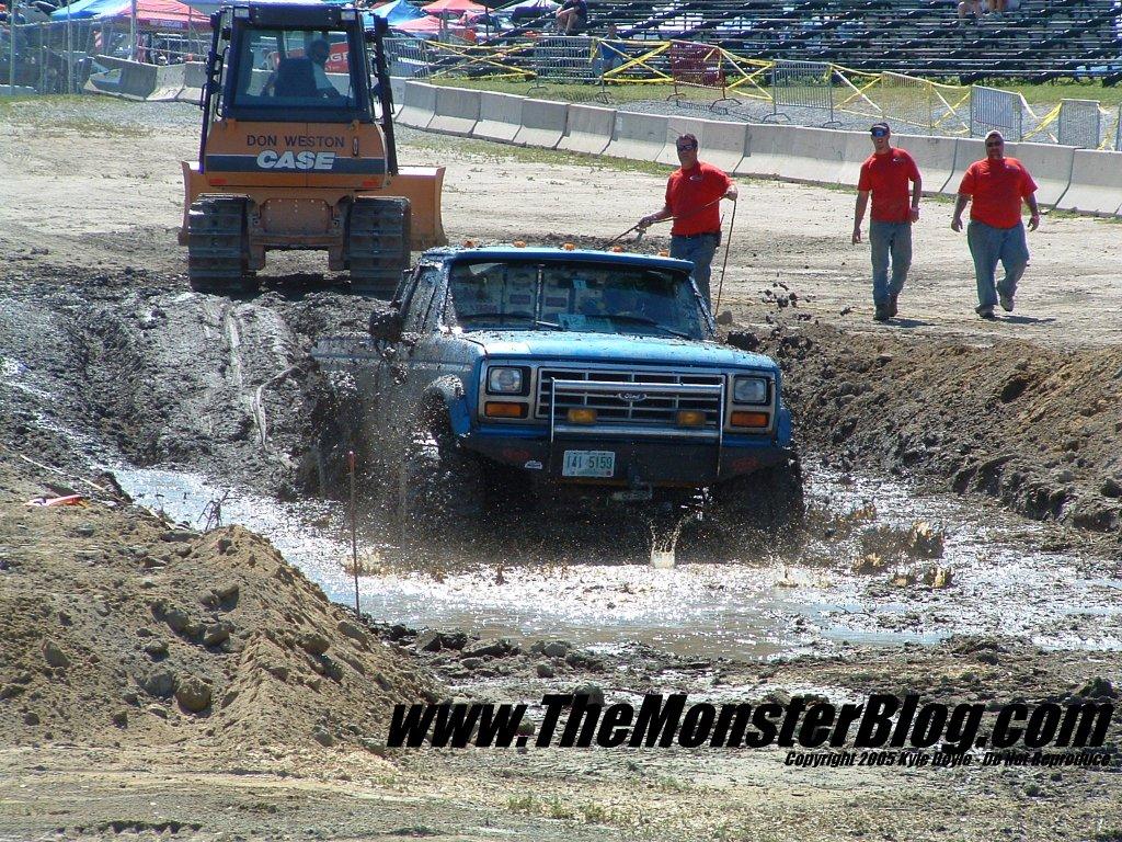 Mud Bog Trucks 1024x768