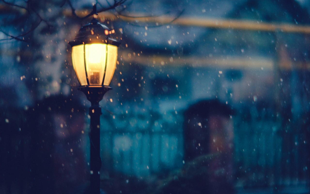 Download Wallpaper 1280x800 Light on the street in a cold winter night 1280x800