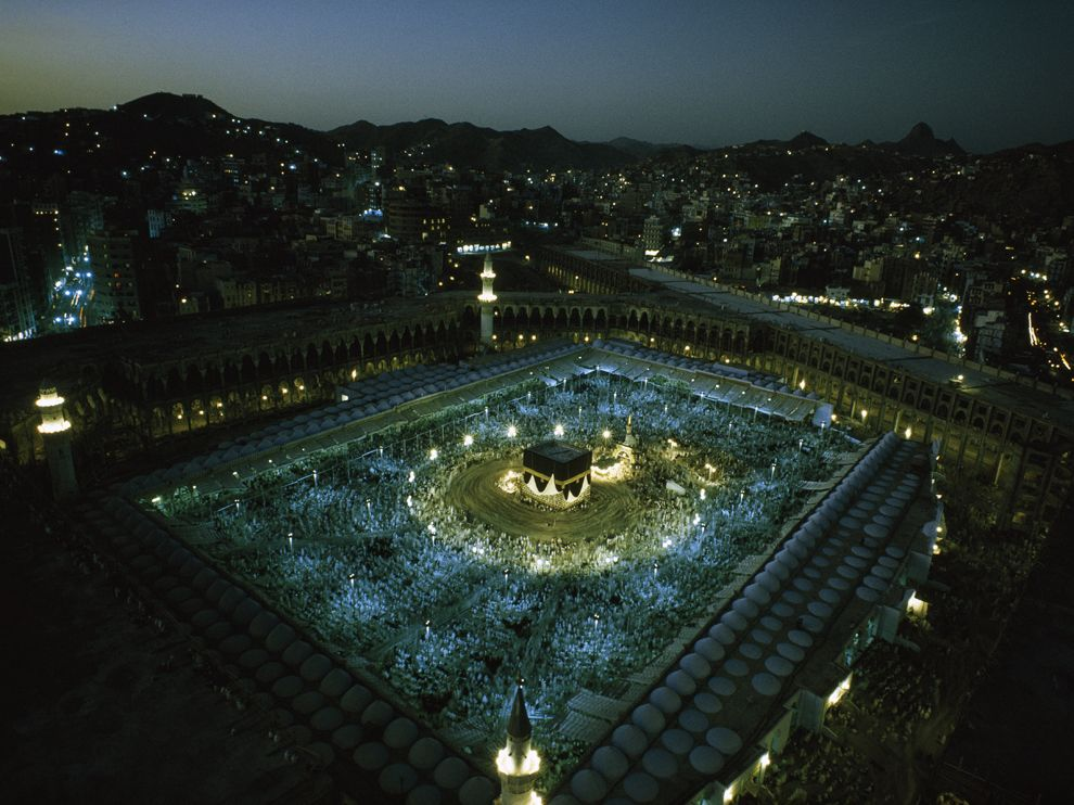 Photo Aerial shot of Mecca Saudi Arabia at night during Haj 990x742
