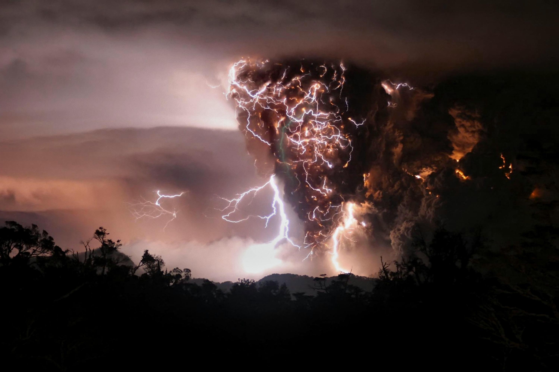 Volcano Lightning   Desktop Wallpaper 3000x2000