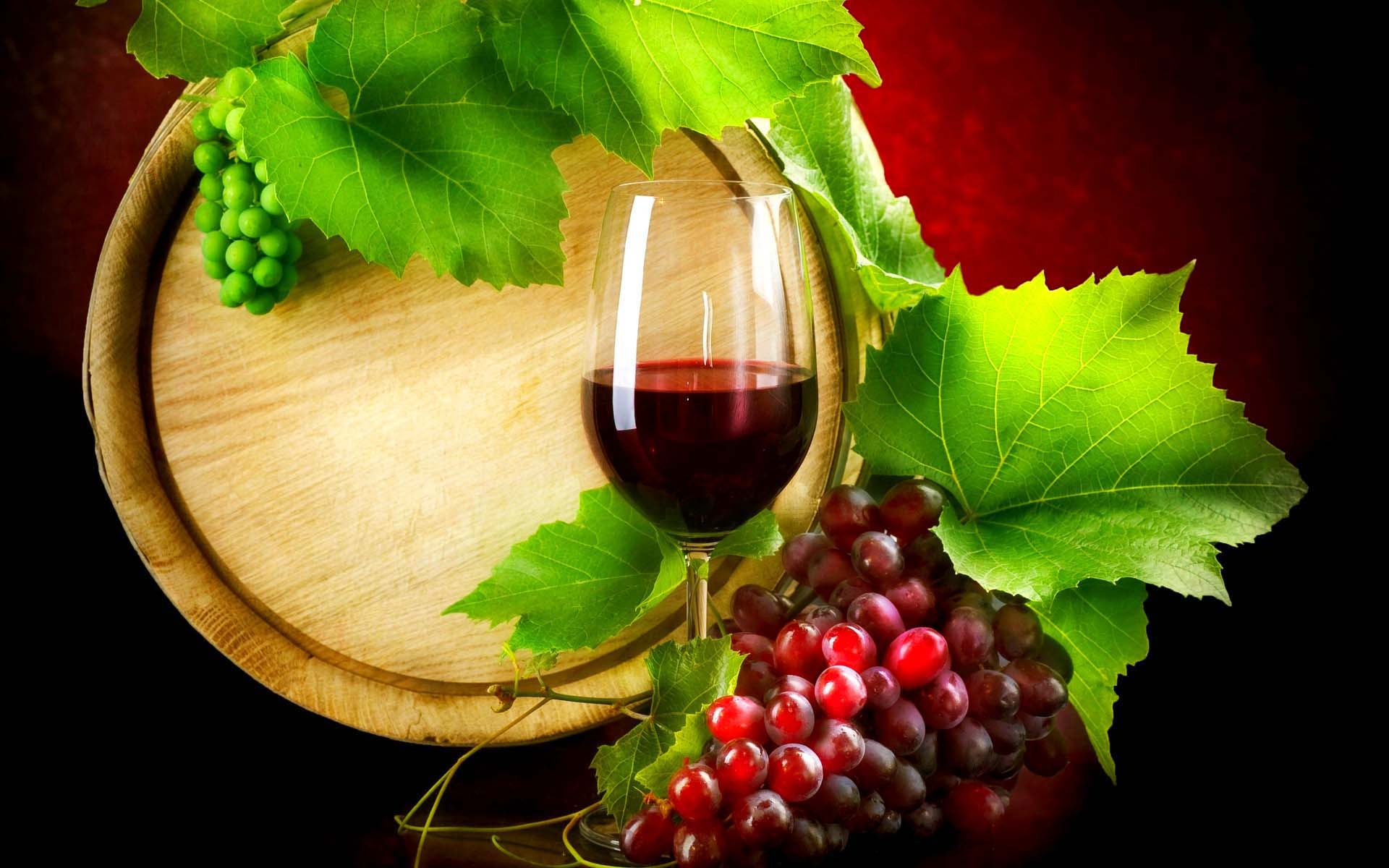Red color wine with grapes and its leaves 1920x1200