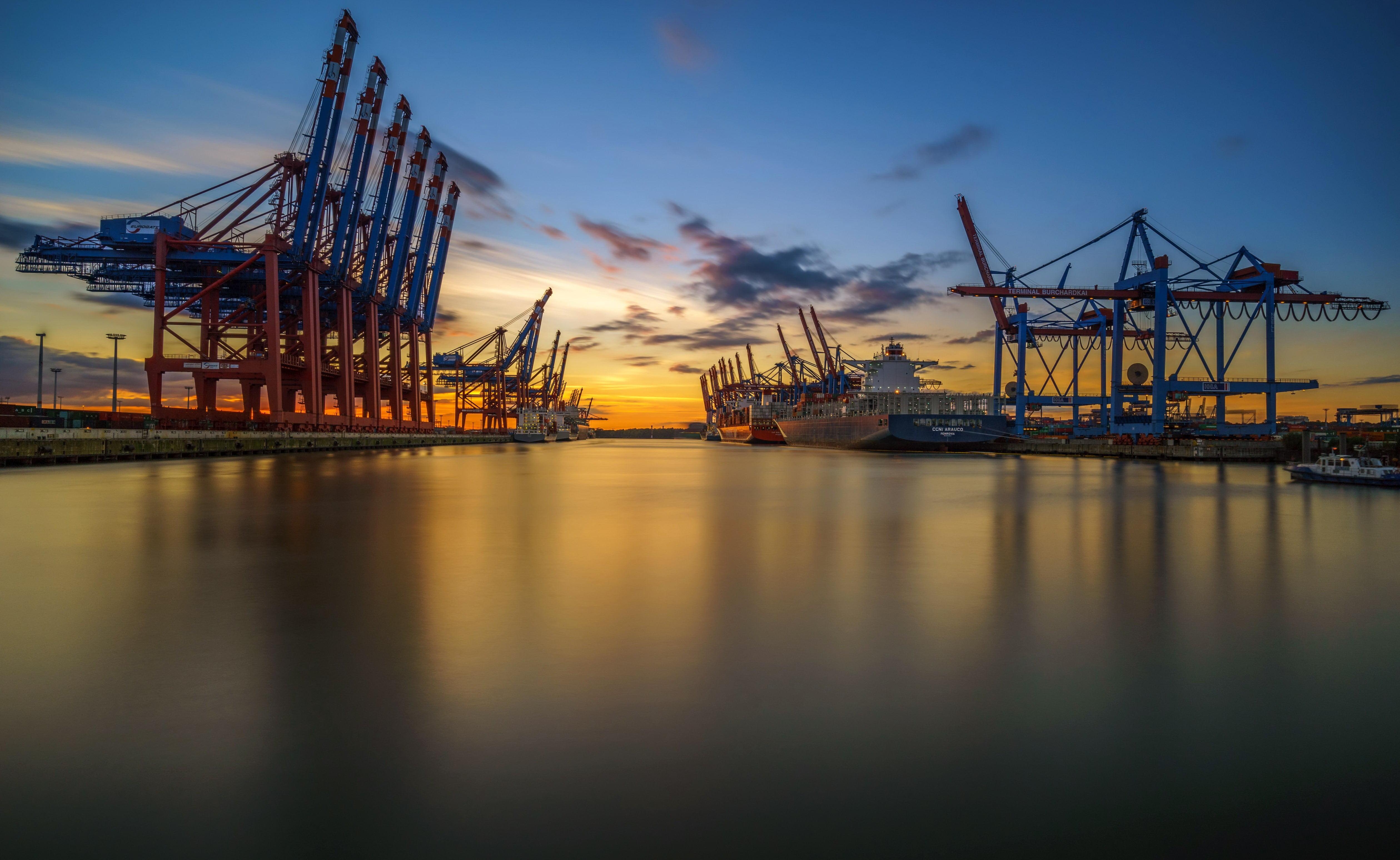 Gray metal building structure Hamburg harbor cranes machine 5038x3096