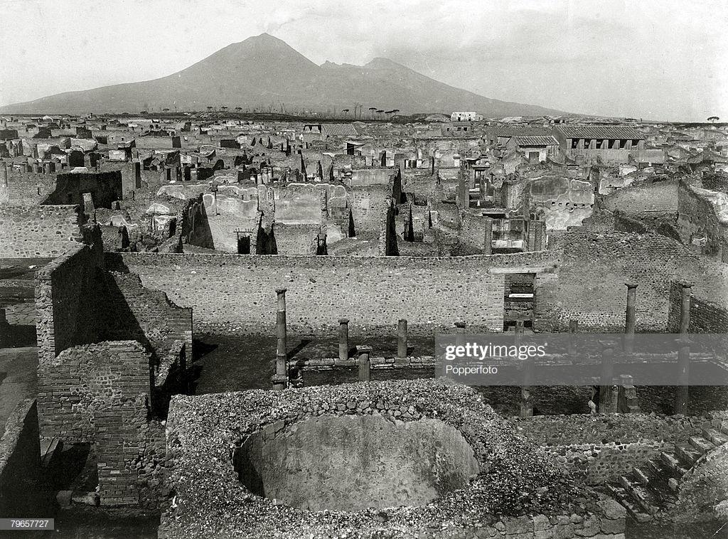 circa 1920s The ruins at Pompeii with Mount Vesuvius in the 1024x758