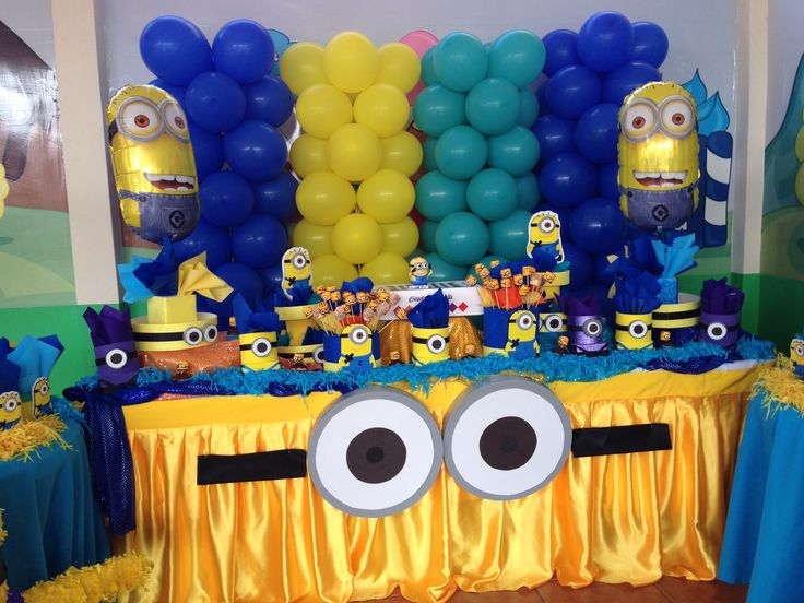 Despicable me party   minion face on yellow plastic table cloth Door 736x552