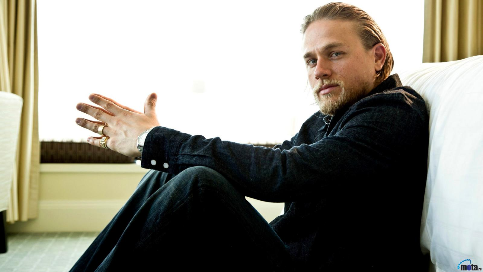 Download Wallpaper Actor Charlie Hunnam 1600 x 900 1600x900