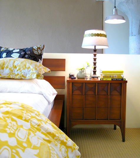 Gray Walls White and Yellow Flower Bedspread 475x538