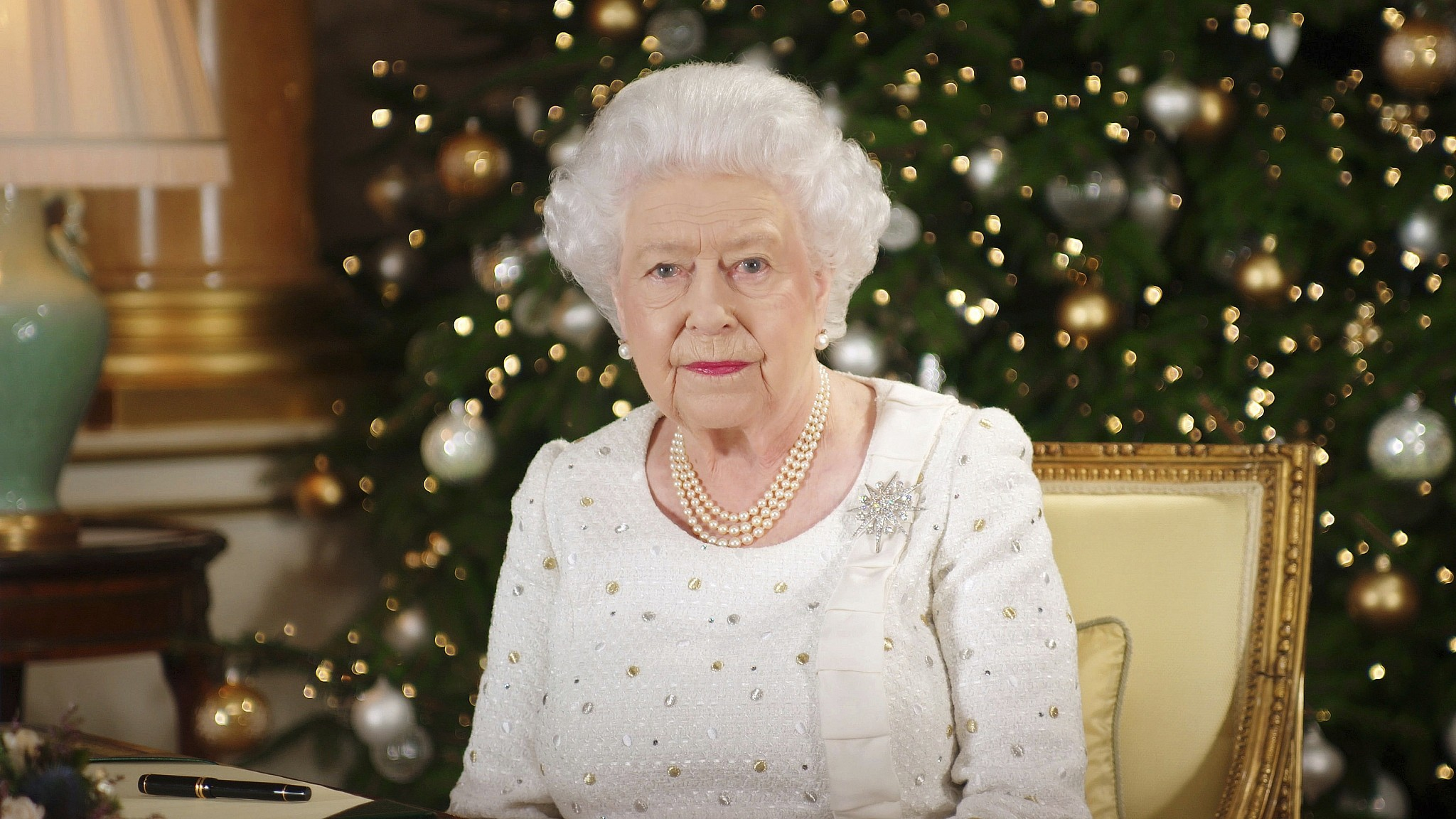 In Christmas message Queen honors UK cities hit by terror The 2048x1152