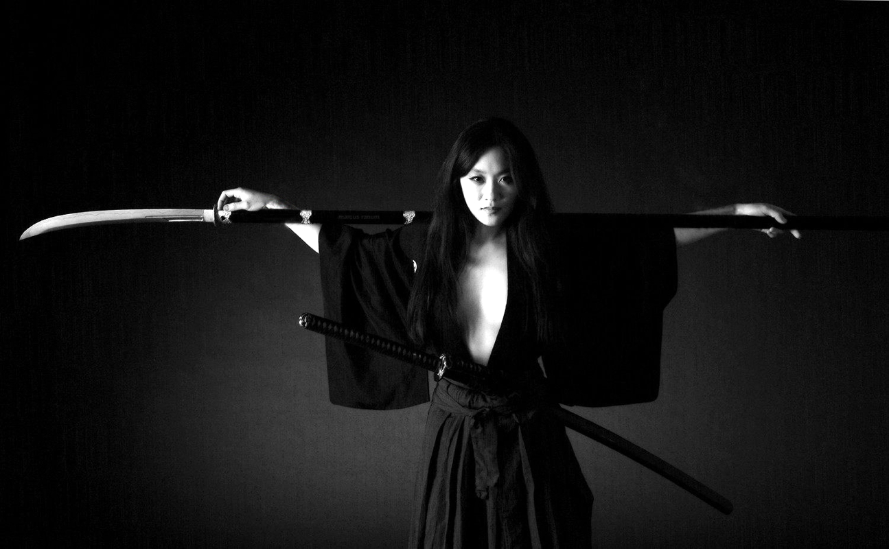 Female Samurai with Naginata 1295x800