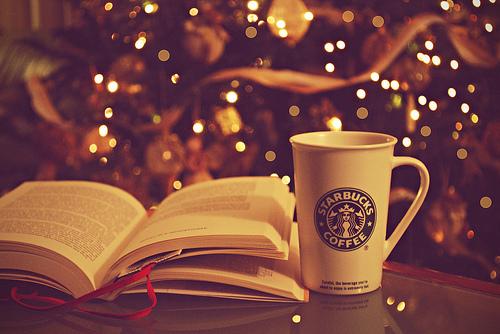 libro taza starbucks navidad luces alegria calido cafe 500x334