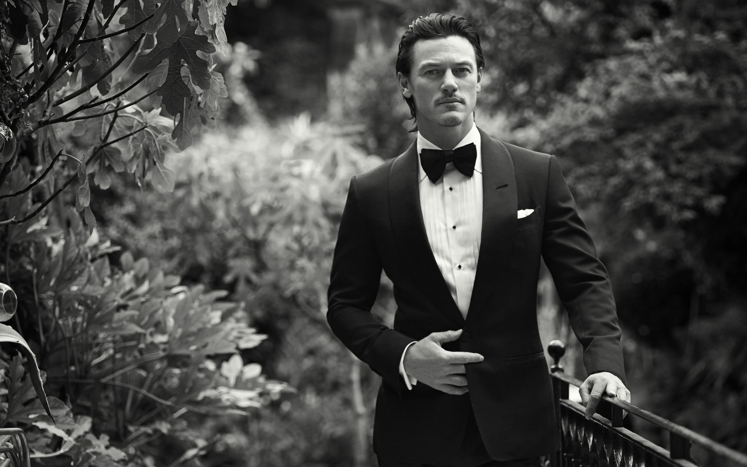 Luke Evans Wallpaper Suit 2560x1600