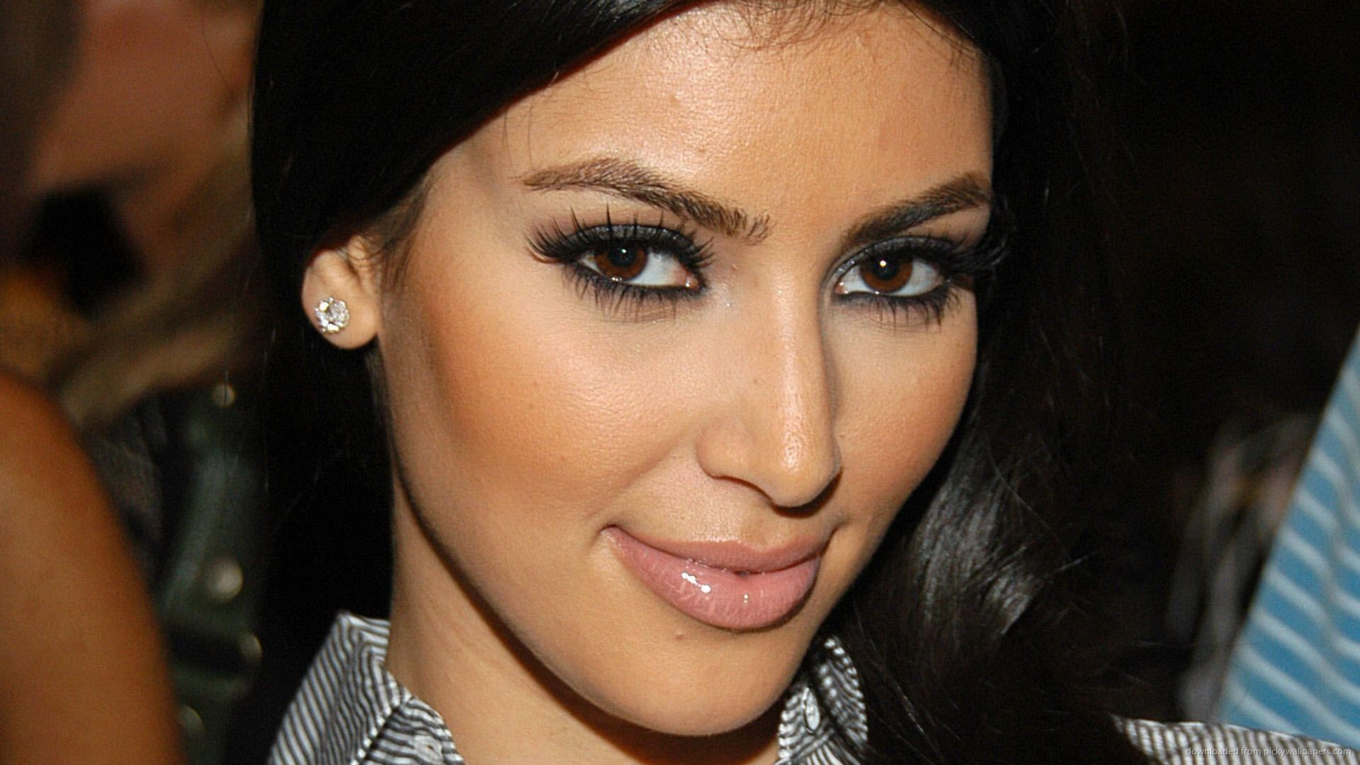 Kim Kardashian Smiles Wallpaper For iPhone 4 1920x1080