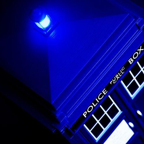 Download 1280x1024 TARDIS Blue Lamp On Wallpaper 500x500
