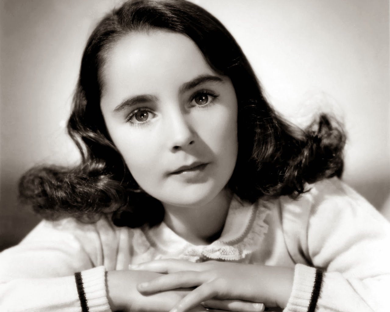 Even though she became famous as a Hollywood screen star we should 1280x1024