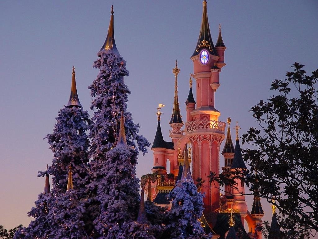 Disney Castle in Christmas wallpaper   Desktop Wallpaper 1024x768