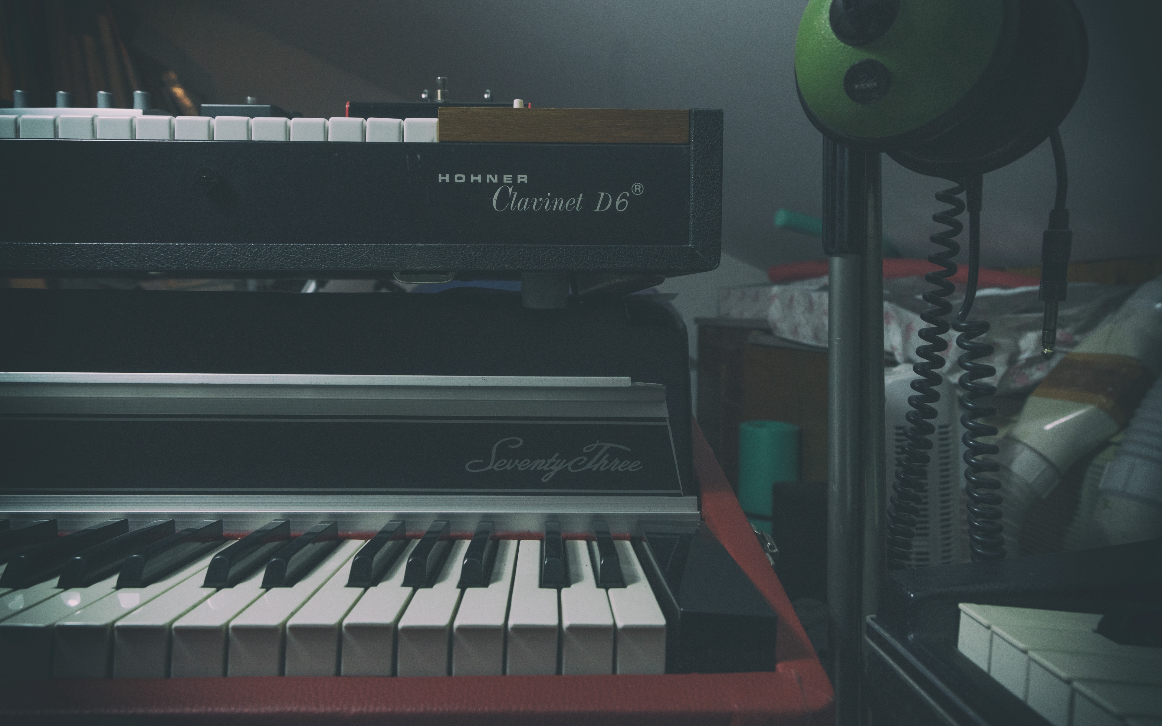 Download wallpaper 3840x2400 synthesizer piano musical 3840x2400