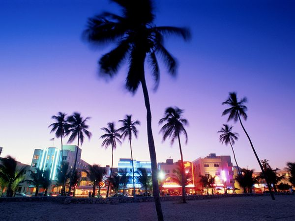 Ocean Drive in South Beach comes alive at dusk when the art deco 600x450