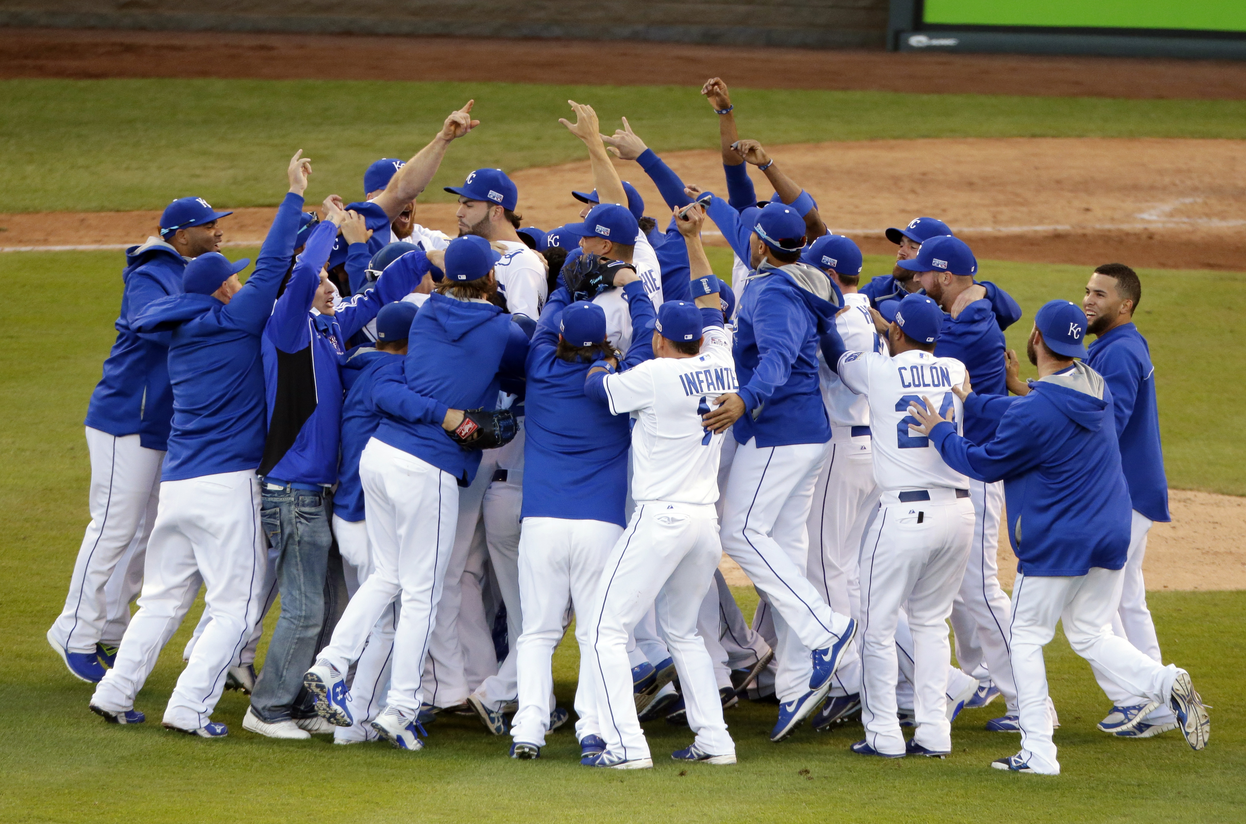 the kansas city royals players celebrate after the royals defeated the 4345x2876