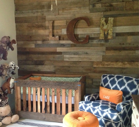 Faux Reclaimed Wood Wallpaper With reclaimed wood accent 560x511
