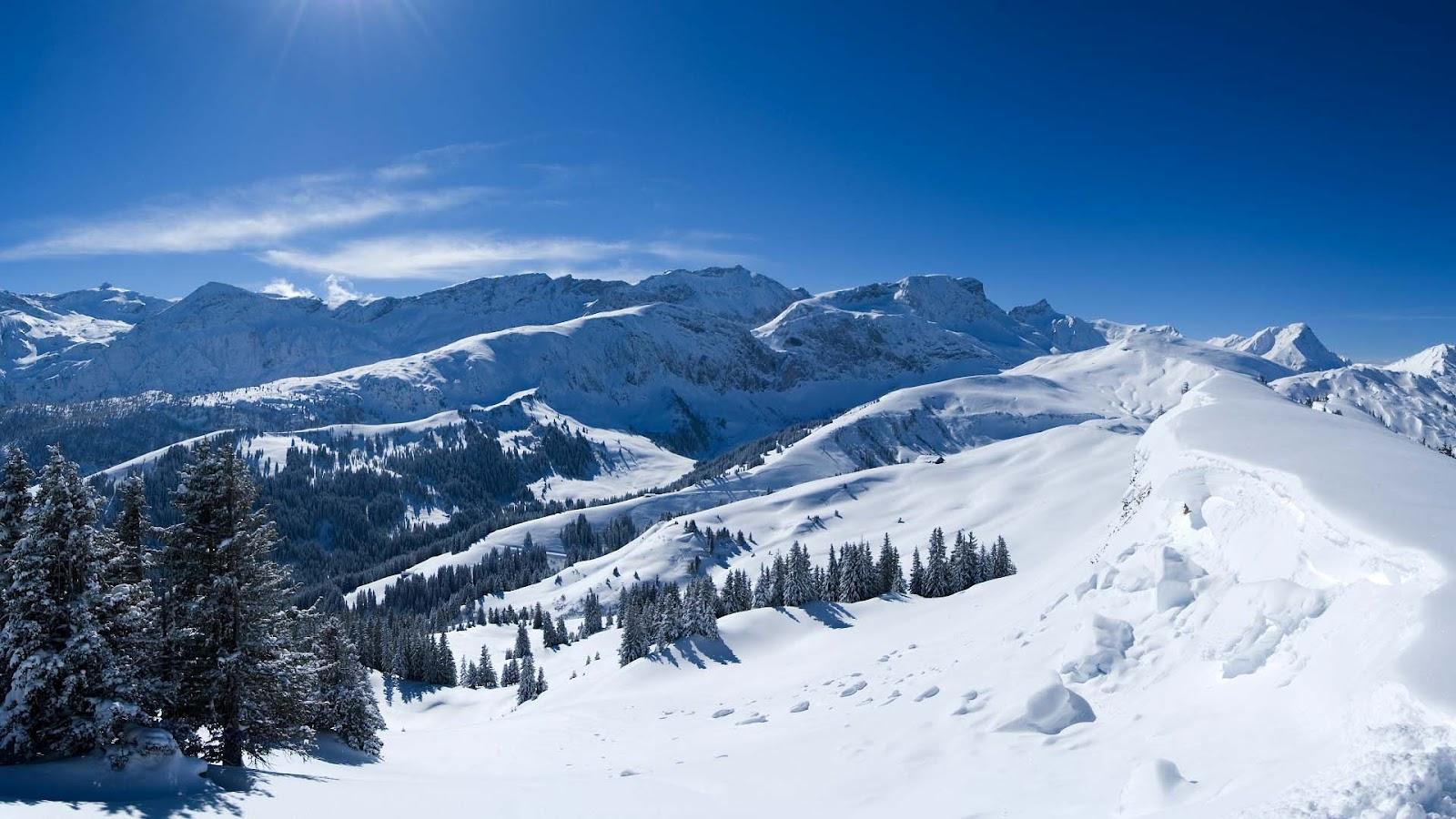 Winter wallpaper met bergen en veel sneeuw HD winter achtergrond 1600x900