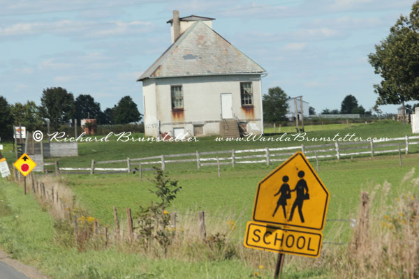 Old Ohio Amish Schoolhouse   Wanda Brunstetter 600x400