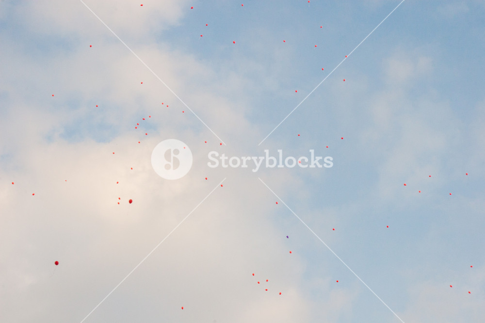Wallpaper background of a red balloons flying in the blue sky with 1000x667