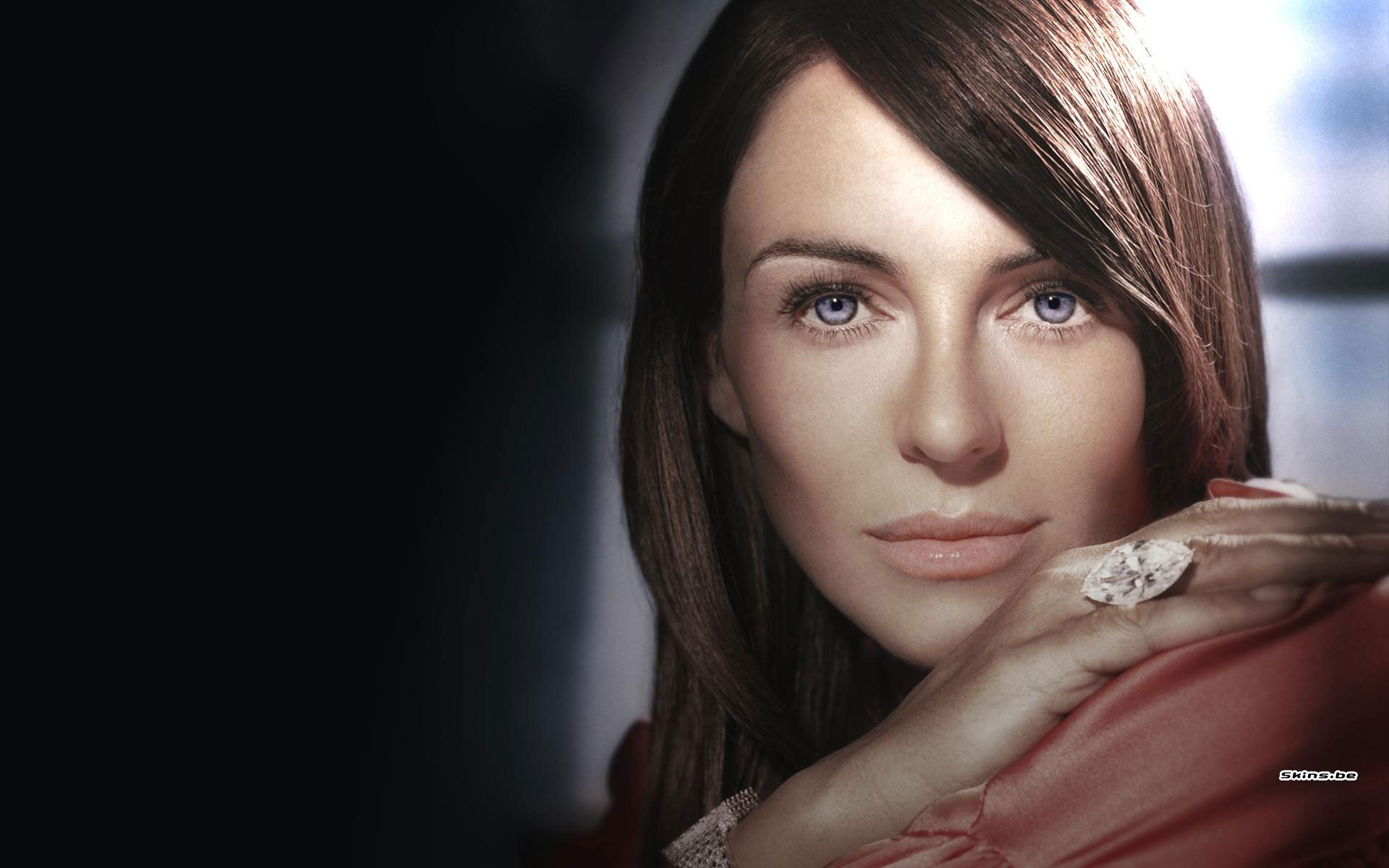 Elizabeth Hurley desktop wallpaper download in 1920x1200