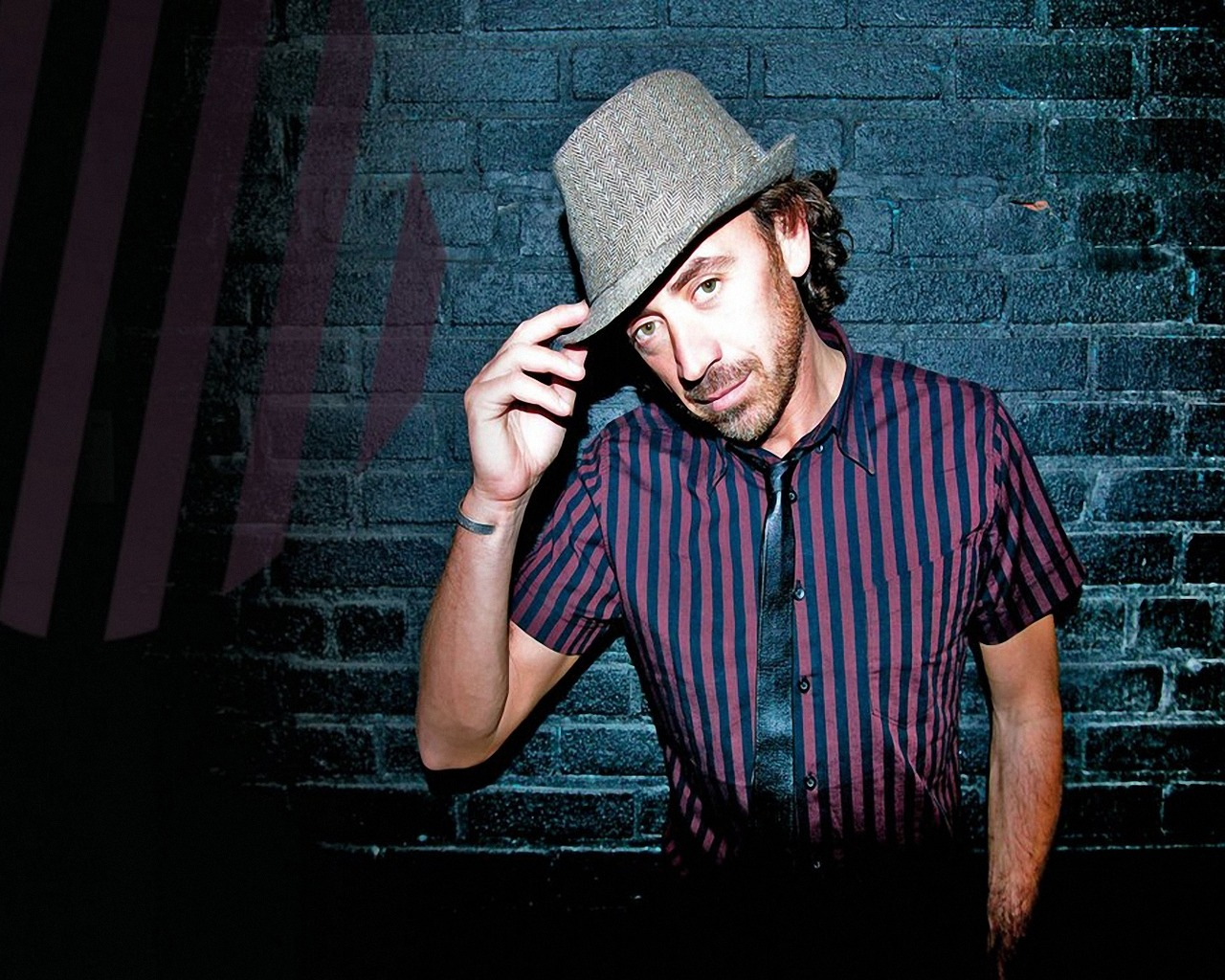 Download wallpaper 1280x1024 benny benassi wall hat hand 1280x1024